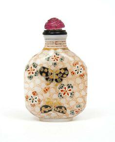 Flacon tabatière (Snuff bottle) en verre peint de papillons et fleurs. Hauteur : 7 cm (Une infime égrenure en bordure du col. Bon état