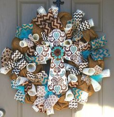 Beautfiful Cruz corona mezcla arpillera, marrón y turquesa en una fabulosa pieza decorativa para tu puerta o manto! La corona se hace con forma de guirnalda de trabajo atado con alambre, arpillera, malla de lujo deco mate y metálicos, cinta de malla de deco y cinta atada con alambre.