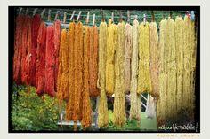 Kijk, plantaardig verven is gewoon te leuk voor woorden. Laten we dat voorop stellen. Dat je daarvoor recepten kunt vinden in boeken, op int... Textiles, How To Dye Fabric, Nature, Flowers, Dyes, Painting, Spinning, Naturaleza, Painting Art