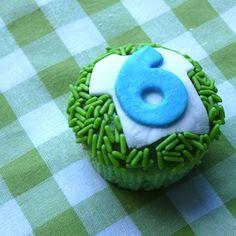 Geweldige traktatie voor voetbalfans! http://dekinderkookshop.nl/recipe-items/voetbalcupcakes/