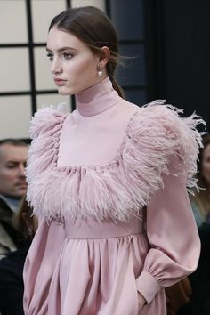 The complete Valentino Fall 2018 Ready-to-Wear fashion show now on Vogue Runway. The complete Valentino Fall 2018 Ready-to-Wear fashion show Fashion 2018, Pink Fashion, Fashion Art, Editorial Fashion, Trendy Fashion, Womens Fashion, Feather Fashion, Fashion Black, Ladies Fashion