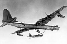 """O projeto FICON foi o último dos """"porta-aviões voadores""""; um B-36 """"captura"""" o caça F-84"""