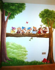 Muurschildering 7 dwergen wandelend over boomstam