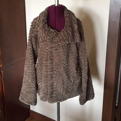 "Patagonia Pelage Brown Taupe Tiered Fur Jacket S 38"" bust, 23"" length.  Flared sleeves and bottom. Patagonia Jackets & Coats"
