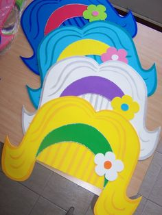 Peluca De Cotillón En Goma Eva Crazy Hat Day, Crazy Hats, Diy For Kids, Crafts For Kids, Diy And Crafts, Pin Up Party, Glow In Dark Party, Foam Wigs, Sock Hop Party