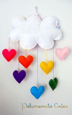 Lindo móbile de nuvem e corações coloridos. Uma chuva de amor. <br>Feito com feltro e enchimento acrílico. <br>Ideal para enfeite de quarto das crianças. <br>Podem ser feitos em outras cores. <br>Aceitamos encomendas. <br>FAZEMOS EM OUTROS TAMANHOS. <br>Com o nome em feltro aplicado na nuvem, haverá um acréscimo de R$ 3,00. <br>*o prazo de produção é para até 4 produtos, se a quantidade for maior, o prazo também aumenta <br> <br>Medidas <br>Nuvem: 30 cm largura e 20 cm altura <br>Móbile…