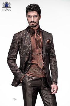 Chaqueta de moda italiano a medida en jacquard marrón, con solapa chal y 1 botón fantasía. Bolsillos con tapeta y con ojales inclinados, espalda 2 aberturas.