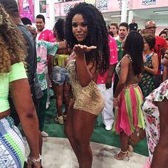 Répétition Estação Primeira de #mangueira #tifanyario #samba #carnaval #danse #costume #passista #beaute #outremer #guadeloupe #martinique #lareunion #mayotte #guyane #polynesie #nouvellecaledonie #spm #wallisandfutuna #bresil #brazil #girl #youtube #video #telenovela #globo #brazilian #french #lescouleursdelaliberte #webserie #rio by tifanyario