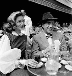 Lauren Bacall et Humphrey Bogart en terrasse sur les Champs-Elysées dans les années 50.