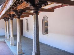 artnlight: Dakshina Chitra - The Traditional Chettinad House Village House Design, Kerala House Design, Courtyard House, Facade House, Wooden Pillars, Stone Pillars, Chettinad House, Colonial, Pillar Design