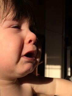 ¿Es normal que mi hijo se golpee la cabeza solo? - Blog de BabyCenter en Español