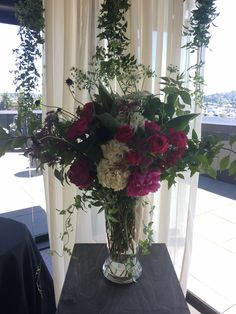 ceremony floral on pedestal at Olympic Rooftop Pavilion c.juniperflowers