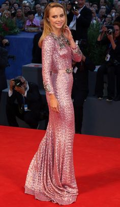 Suki Waterhouse from 2016 Venice Film Festival: Star Sightings The model-turned-actress is a head-turner at The Bad Batch premiere. Celebrity Red Carpet, Celebrity Style, Suki Waterhouse, Red Carpet Looks, Celebs, Celebrities, Red Carpet Fashion, Film Festival, Pink Dress