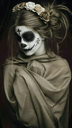 60 Best Halloween Makeup Looks That Are Creepy Yet Cute Halloween Makeup Sugar Skull, Cool Halloween Makeup, Skull Makeup, Halloween Outfits, Halloween Make Up, Day Of The Dead Girl, Chola Style, Totenkopf Tattoos, Blackout Tattoo