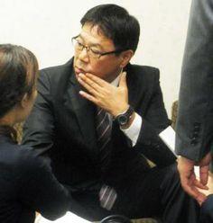 オリックス福良監督は編成会議を終え、記者に囲まれた(撮影・大池和幸)