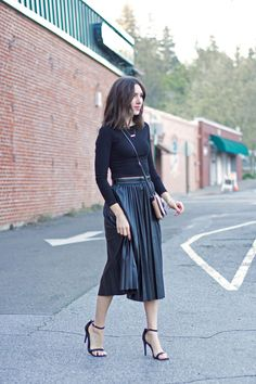 17 Outfits With Black Midi Skirts Black Pleated Skirt Outfit, Midi Skirt Outfit, Leather Midi Skirt, Black Leather Skirts, Skirt Outfits, Pleated Skirts, Midi Rock Outfit, Chic Dress, Beautiful Outfits