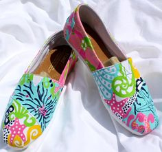 Lilly Inspired Custom Hand Painted TOMS Gab Solórzano Gab Solórzano de Villiers Hudson you could paint this. Hand Painted Toms, Painted Shoes, All About Fashion, Passion For Fashion, Cute Shoes, Me Too Shoes, Lilly Pulitzer, Toms Shoes Outlet, Shoe Art