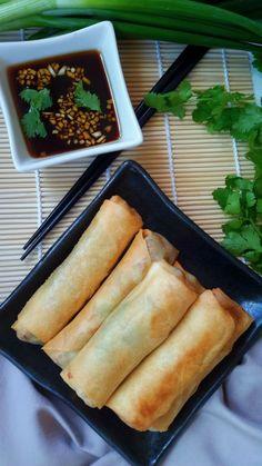 Unos deliciosos rollitos de primavera. Llenos de setas shiitake, tofu y verduras, esta receta es perfecto para vegetarianos. Incluye una receta de salsa.