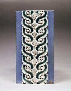 Frise en grès-cérame, décor d'entrelacs blancs et verts sur fond bleu, 1900 Manufacture nationale de Sèvres  © Musée des arts et métiers-Cnam/photo Pascal Faligot