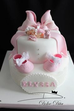 Bébé et chaussons New born and baby slipers cake #DolceDita #CakeDesign