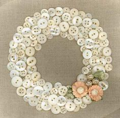⊙ Cute as a Button ⊙ artful button crafts and diy inspiration - vintage button wreath Crafts To Make, Fun Crafts, Arts And Crafts, Quick Crafts, Summer Crafts, Diy Buttons, Vintage Buttons, Crafts With Buttons, Repurpose Buttons