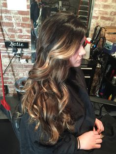 Black to blonde ombré. Quick melt lowlights. Highlights. Long curls. Curled hair. Dark roots #aloxxi #kreationsbykatie