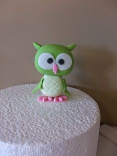 A step by step tutorial, how to make this cute fondant owl.