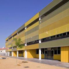 Os dois volumes articulados (divididos em salas de aula, ginásio e área dos docentes) foram construídas em concreto pré fabricados e painel sanduíche nas fachadas. Projeto de Llimos.