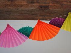 Zelf slingers maken van gekleurde a4tjes: maak waaiertjes van de a4tjes en hang ze aan een lijntje! www.stichtingjarigejob.nl