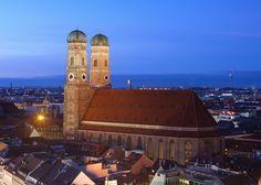 Der Dom zu Unserer Lieben Frau in der Münchner Altstadt, oft Frauenkirche genannt, ist seit 1821 die Kathedralkirche des Erzbischofs von München und Freising und zählt zu den Wahrzeichen der bayerischen Landeshauptstadt München.  Der dreischiffige spätgotische Backsteinbau mit umlaufendem Kapellenkranz ist 109 m lang und 40 m breit, das Mauerwerk des Kirchenschiffs etwa 37 m hoch. Entgegen einer weit verbreiteten Legende, die besagt, dass die beiden Türme mit ihren charakteristischen Hauben…