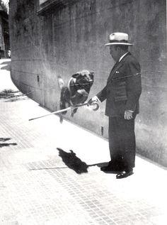 Alfonso Reyes con su perro Alí en Buenos Aires (1927)