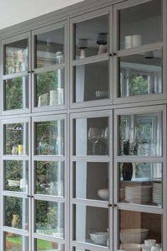 Built In Wall Shelves, Bookcase With Glass Doors, Glass Cabinet Doors, Kitchen Dinning, Kitchen Cupboards, New Kitchen, Gray Interior, Interior Exterior, Nordic Home