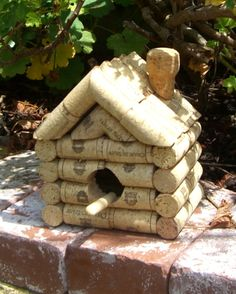 Bird House of 56 wine corks and 1 champagne Wine Craft, Wine Cork Crafts, Wine Bottle Crafts, Wine Cork Projects, Craft Projects, Wine Cork Art, Wine Corks, Wine Cork Birdhouse, Diy Cork