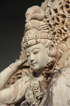 如意輪観音2 如意輪観音(にょいりんかんのん)とは? 「如意」とは意のままに智慧や財宝、福徳もたらす如意宝珠という宝の珠のことで、「輪」は煩悩を打ち砕く法輪を指しています。その2つを手に持った観音菩薩ということで如意輪観音といいます。 六観音の1つに数えられ、天界道に迷う人々を救うとされますが、6本の手で六道すべてに救いの手を差し伸べるともいわれています。
