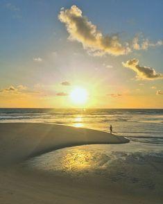 Sempre começamos o dia cedo e o nascer do sol na praia é assim!