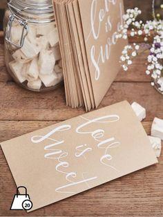 """Originali bustine per confettata marroni con scritta in bianco """"love is sweet"""", daranno un tocco in più ai vostri tavoli.Misure: 19.5 x 12 cm."""