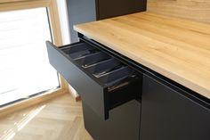 Das Holz der Arbeitsflächen und der Rückwand bildet  einen interessanten Kontrast zu den schwarzen Verkleidungen, welche aus dem unverwechselbaren FENIX-Material bestehen. Die geringe Lichtreflexion schafft eine matte Oberfläche, welche sich angenehm sanft anfühlt, Staub abweist, Kratzer von selbst repariert und sich leicht reinigen lässt. . #küche #fenix #holz #eiche #eichenholz #modern #schwarz #anthrazit #küchen #nachmaß #maß #maßgefertigt #tischler #tischlerei #vorarlberg