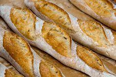 Wie schon die französischen Baguettes habe ich nun auch die Baguettes nach Ciril Hitz noch einmal mit leicht veränderter Rezeptur gebacken. Ich habe etwas Gerstenmalz zugegeben und die Knetzeiten drastisch gekürzt, um den Teig nicht allzu stark zu oxidieren (und damit Aroma zu nehmen). Geformt habe ich die Teiglinge als Banettes, also die dünnere und Weiterlesen...