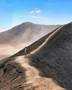 Hotels-live.com/pages/sejours-pas-chers - Photo by: @simaun_ Location: Mount Bromo Bicara tentang Jawa Timur tak lengkap rasanya jikat tidak membahas tentang keindahan Gunung Bromo. Gunung Bromo merupakan gunung berapi aktif yang berada di kawasan provinsi Jawa Timur. Gunung Bromo sendiri berada di perbatasan kabupaten Lumajang Malang Pasuruan dan Probolinggo. Gunung yang mempunyai ketinggian 2392 m dpl memang sangat mempesona bagi siapa saja yang datang untuk mengunjunginya dengan didukung…