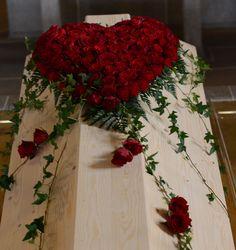 Casket Flowers, Grave Flowers, Cemetery Flowers, Funeral Flowers, Felt Flowers, Diy Flowers, Flower Decorations, Paper Flowers, Funeral Floral Arrangements