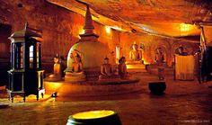 Dambulla, Sri Lanka    Jaskynný chrám Dambulla ležiaci v strede Sri Lanky je najrozsiahlejší a najzachovalejší chrám na tomto ostrove. Chrám sídli v 180 metrov vysokých skalnatých vežiach a je zapísaný do svetového dedičstva UNESCO. Vo svojich útrobách na rozlohe cez 2000 m2 ukrýva päť budhistických svätyní, významné náboženské maľby a až 160 dokonale zachovalých sôch.