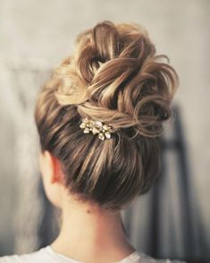 Beautiful & chic wedding updos hairstyles perfect for any wedding venue - This stunning wedding hairstyle for long hair is perfect for wedding day,