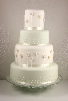 Wedding cake with sugar daisies