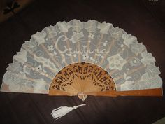 F.D.: El abanico bordado de tdp-123 | Aprender manualidades es facilisimo.com Hand Held Fan, Hand Fans, Lacemaking, I Cool, Bobbin Lace, Hand Embroidery, Diy And Crafts, Tulle, Victorian