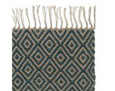 Unser Teppich Dasheri wird aus 100% natürlichen Jutefasern zu einemstrahlenden und festen Teppich verwoben, der im stilsicheren Rautenmuster und mit Fransen an den Enden überzeugt. Von unseren Partnern in Indien von Hand gewebt bringt er zeitlosen Charme in Ihr Zuhause. Kombiniert mit einer rutschfesten Unterlage bleibt der Läufer an Ort undStelle.