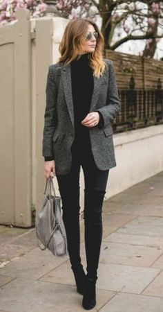 Beautiful fashionable blazers for trendy women 2018 Superbes blazers chic pour femme tendance 2018 Trends / Winter Fashion Tired of looking for outfit ideas? Here are trendy look ideas for your everyday outfits! Tweed Blazer Outfit, Look Blazer, Women Blazer Outfit, Grey Tweed Blazer, Black Blazer Outfits, Turtleneck And Blazer, Oversized Blazer, Plaid Blazer, Sweater Jacket