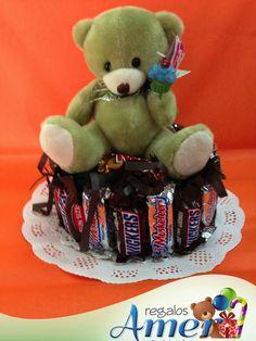 Pashmina, dentro de pastel, decorada con chocolates. Tierno osito de felpa con velita para listo para festejar! 55246977 envío a casa.