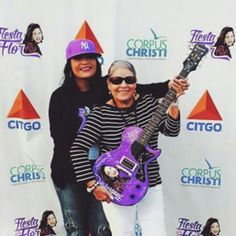 Suzette and her mom with the Fiesta de la Flor guitar 2015 Selena Quintanilla Perez, Suzette Quintanilla, Selena And Chris, Selena Selena, Her Music, S Pic, Role Models, Beautiful People, Dancer
