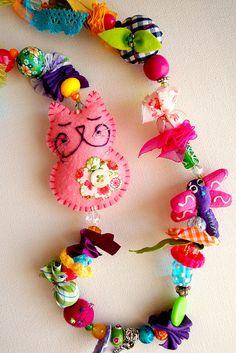 little pink cat - felt Cat Crafts, Sewing Crafts, Sewing Projects, Projects To Try, Arts And Crafts, Textile Jewelry, Fabric Jewelry, Jewellery, Fabric Beads