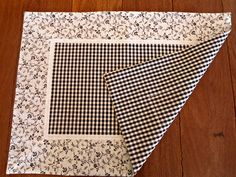 table runner with ruffle Sewing Hacks, Sewing Crafts, Sewing Projects, Diy Crafts, Glow Crafts, Rustic Placemats, Clothing Store Displays, Place Mats Quilted, Fabric Coasters
